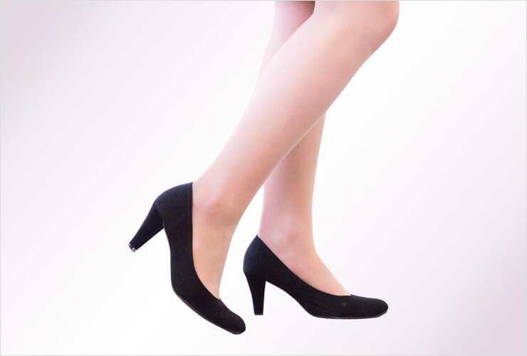 黒いパンプスを履いた女性