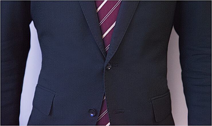 スーツのボタンを留める位置