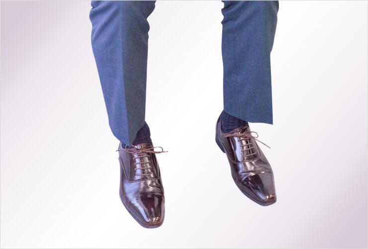 ネイビーの靴下を履いた男性の足元